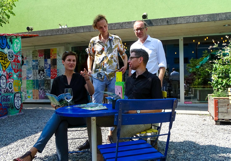Treibhaus-Leiterin Corinne Imbach und der städtische Jugend-Beauftrage Roger Häfeli (sitzend) – Praktikant Léon Schulthess und Stadtrat Martin Merki (stehend).