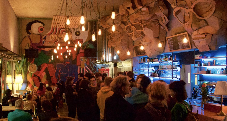 15 Jahre nach Eröffnung lebt auch das Foyer mit Bar.