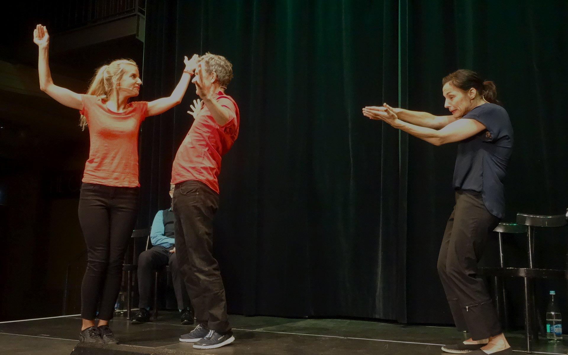 Die Szenen sind ohne Drehbuch und mit Input aus dem Publikum improvisiert.