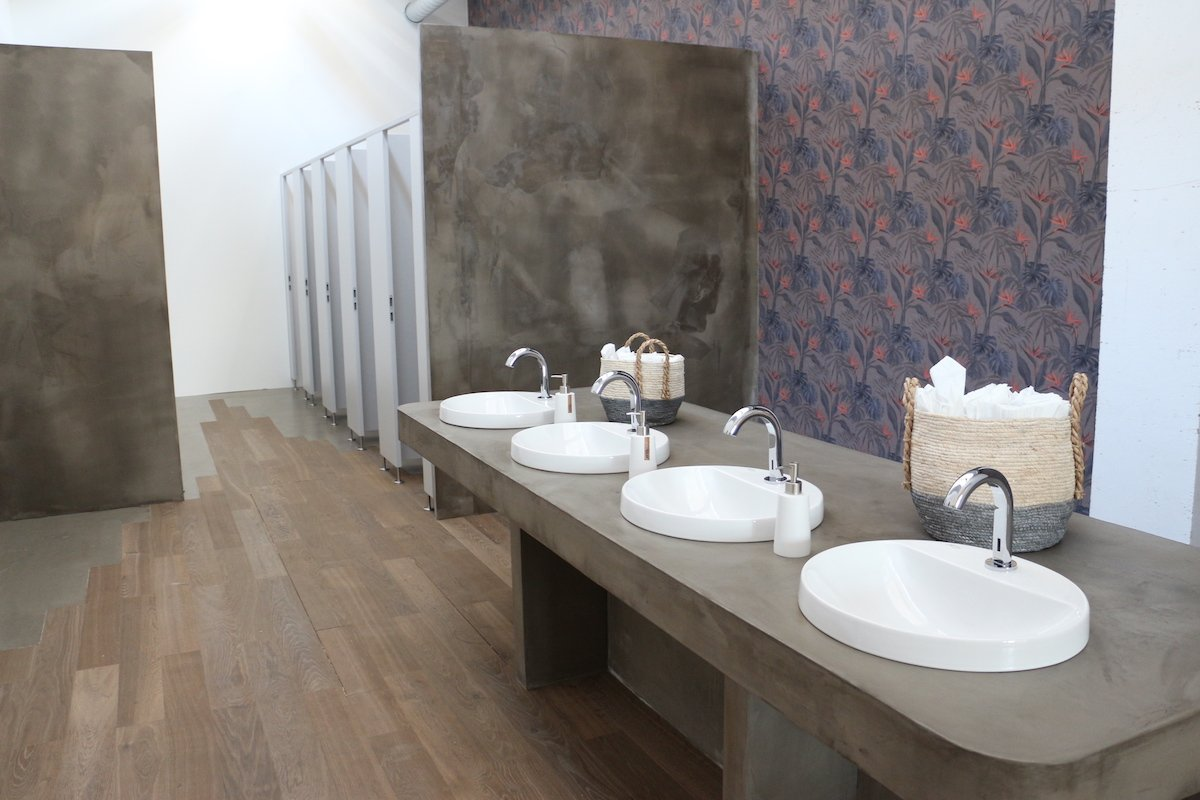 Eine WC-Anlage in einer Zwischennutzung stellt man sich anders vor. Chic wurde sie dennoch. Mit der Hilfe von Sponsoren.