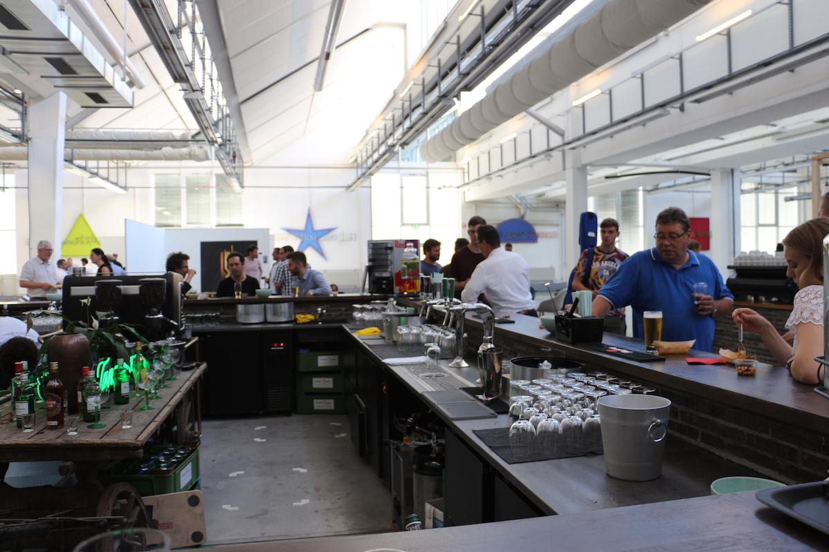 An allen vier Bar-Seiten werden die Gäste bedient.