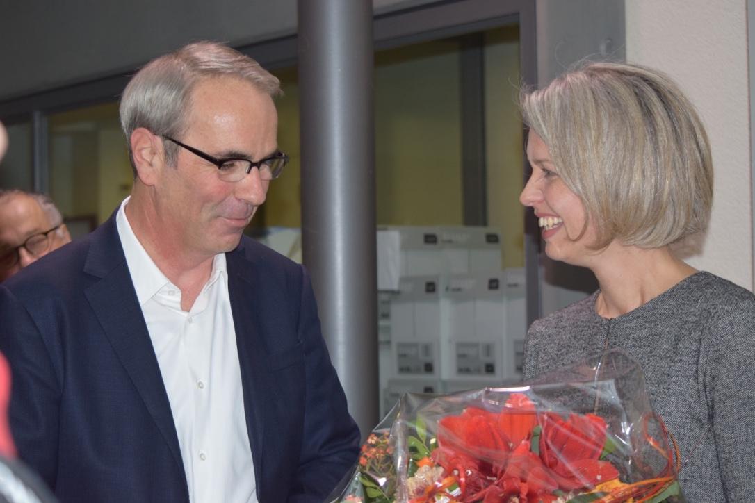 Stadtpräsident Beat Züsli (SP) gratuliert der neuen Stadträtin Franziska Bitzi Staub (CVP).