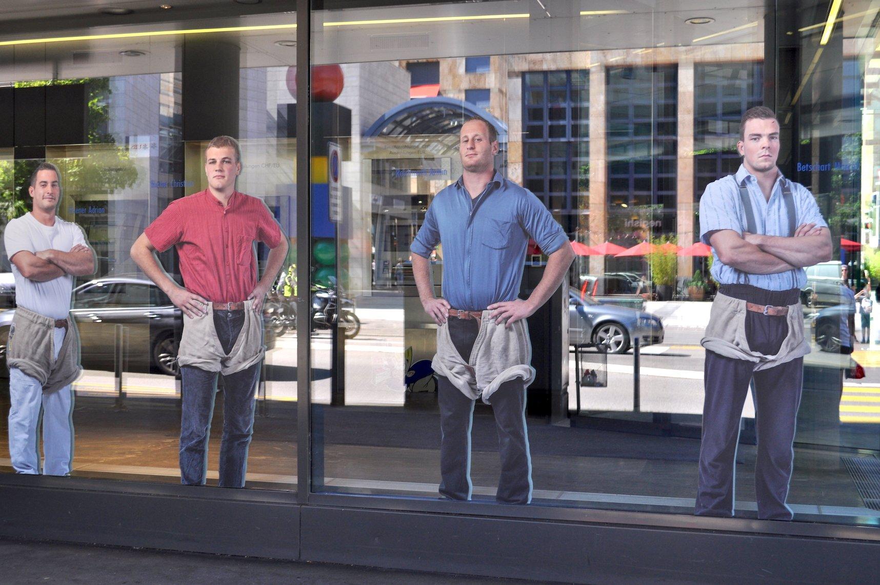 Helden von heute: Kranzschwinger zieren die Schaufenster der Zuger KB.