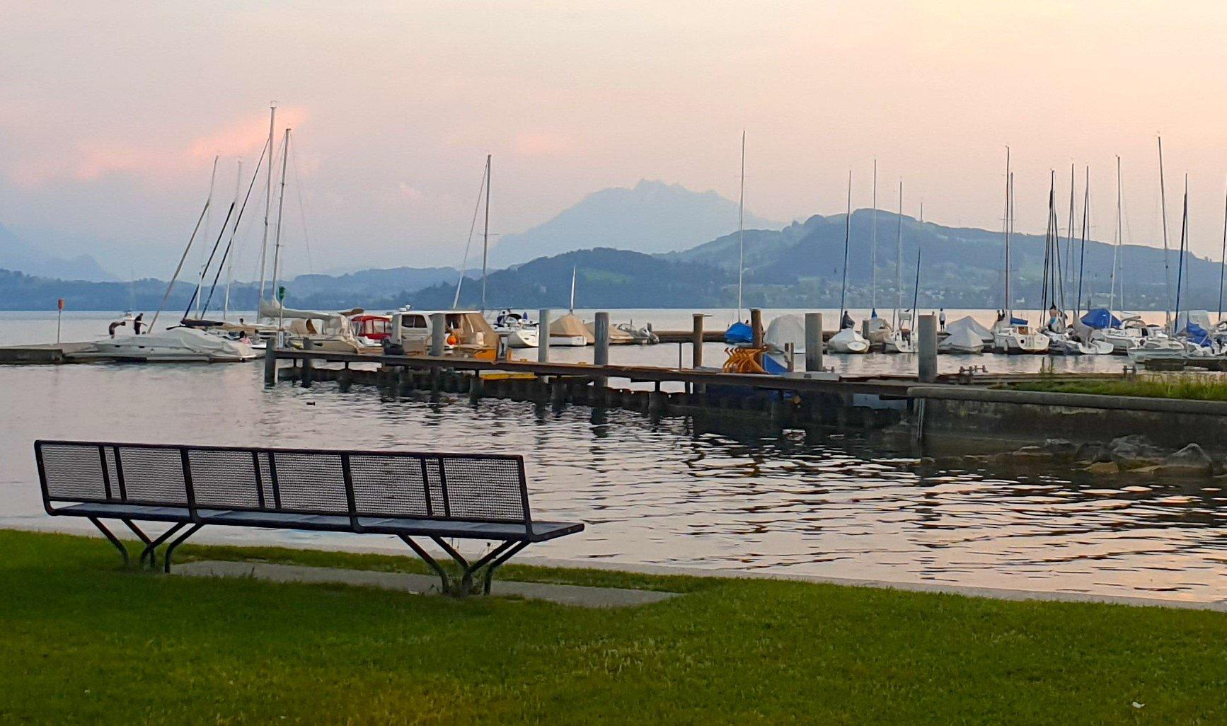 Hafen und Pilatus: Aussicht von der Männerbadi am Siehbach in Zug