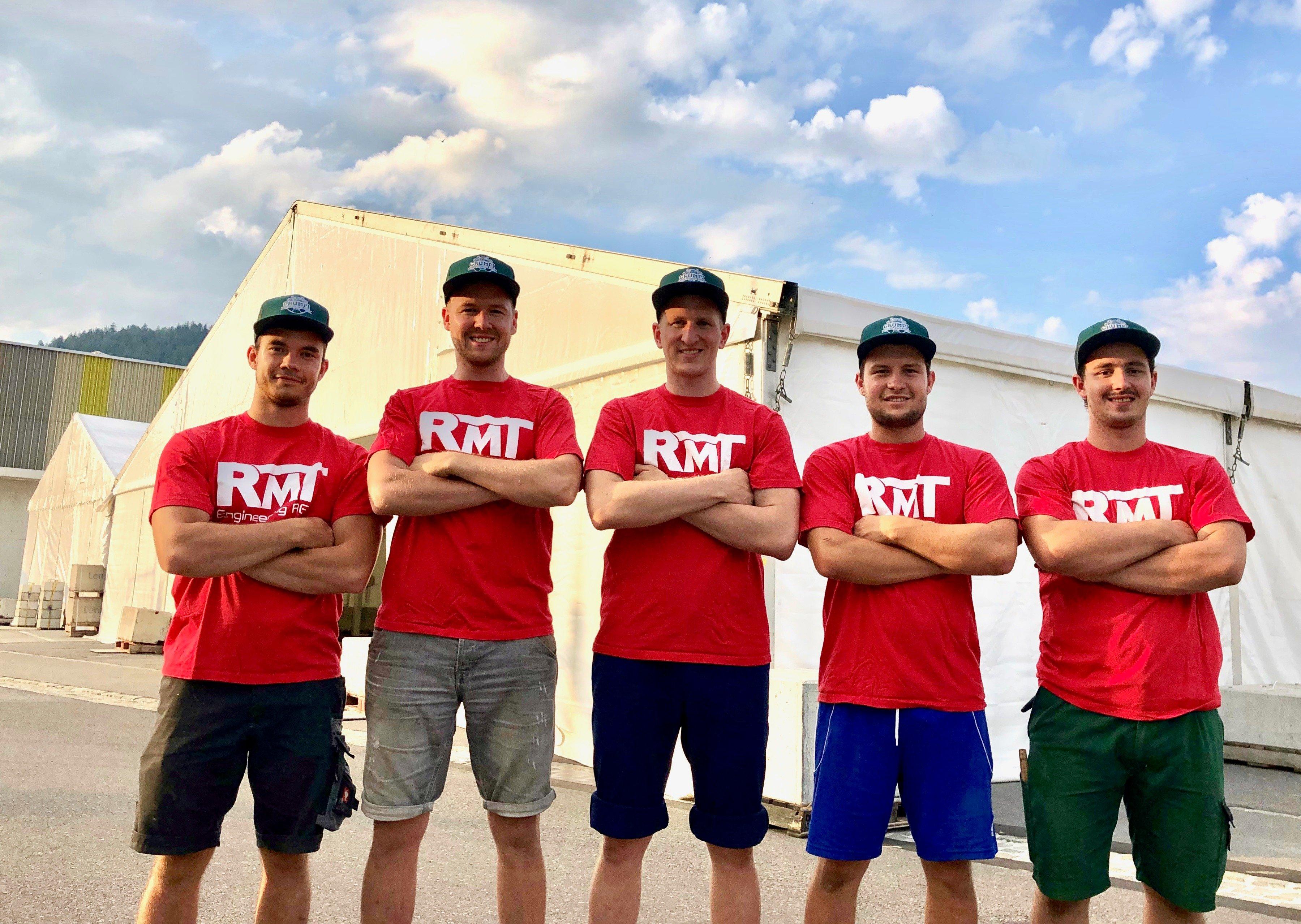 Das OK-Bau ist seit Dienstag mit dem Aufbau des Areals beschäftigt (von links: Fabio Elsener, Michael Schwarzenberger, Marco Schwarzenberger, Sandro Meier und Roman Blättler).